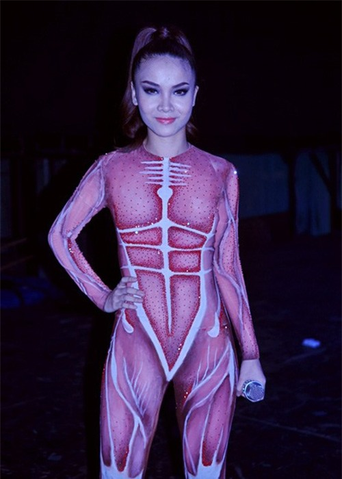 Bộ bodysuit ôm sát lấy ý tưởng từ giải phẫu cơ thể người khiến người xem không khỏi lo sợ khi nhìn thẳng vào Yến Trang.
