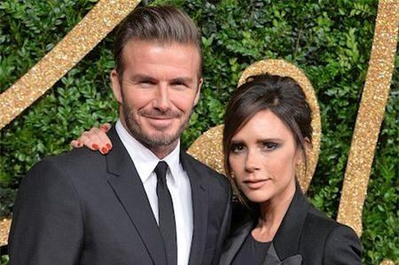 """David Beckham vừa trổ tài """"nịnh"""" vợ"""