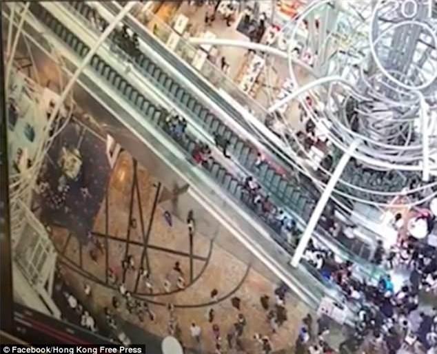Video: Thang cuốn dài nhất Hong Kong bất chợt đảo chiều, ít nhất 17 người bị thương - Ảnh 2.