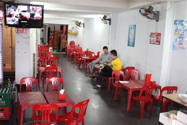 Một quán bia hơi trên con phố bị dọn dẹp vỉa hè rất vắng khách dù đang trong giờ cao điểm. Ảnh: Hồng Vân