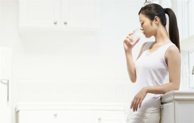 4 loại nước tuyệt đối không nên uống ngay sau khi thức dậy vì có thể gây hại nghiêm trọng - Ảnh 2.