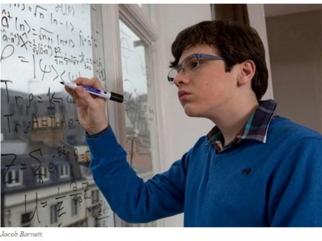 Nể phục cách người mẹ nuôi dạy cậu con trai tự kỷ trở thành thần đồng vật lý - Ảnh 2.