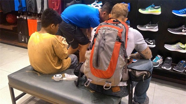 Cổ tích có thật: Cậu bé nghèo đi chân đất được người lạ mua tặng đôi giày hiệu - Ảnh 2.