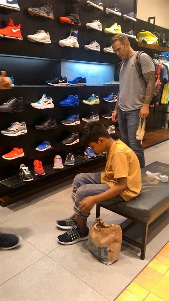 Cổ tích có thật: Cậu bé nghèo đi chân đất được người lạ mua tặng đôi giày hiệu - Ảnh 4.