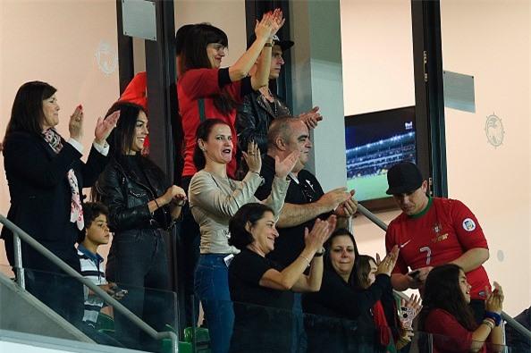 Ban gai cang thang khi xem bong da cung me Ronaldo hinh anh 3