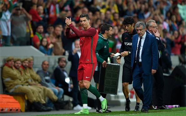 Ban gai cang thang khi xem bong da cung me Ronaldo hinh anh 8