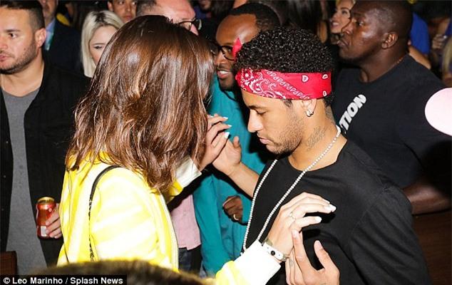 Neymar đưa bạn gái đi quẩy sau khi Brazil giành vé dự World Cup 2018 - Ảnh 1.