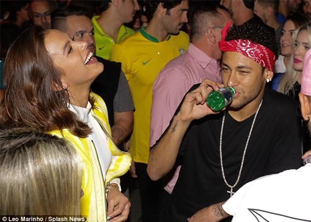 Neymar đưa bạn gái đi quẩy sau khi Brazil giành vé dự World Cup 2018 - Ảnh 3.