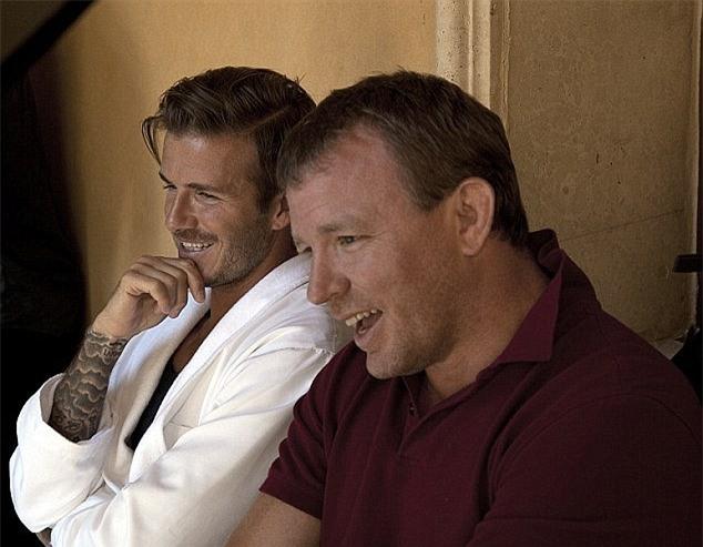 David Beckham dọa fan chết khiếp với khuôn mặt đầy sẹo và răng vàng ố - Ảnh 3.
