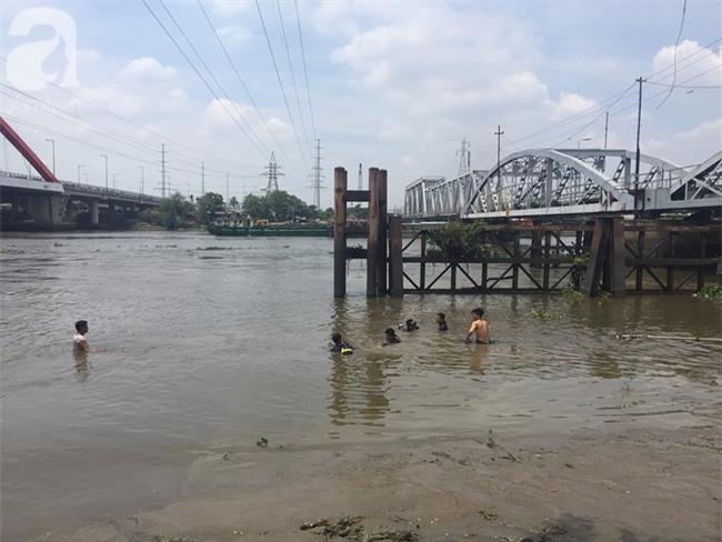Tìm thấy thi thể bé trai 11 tuổi bị nước cuốn trôi trên sông Sài Gòn - Ảnh 2.