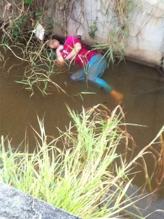 Thấy cô gái chết đuối dưới kênh, cảnh sát lao đến giải cứu và phát hiện sự thật bất ngờ - Ảnh 1.