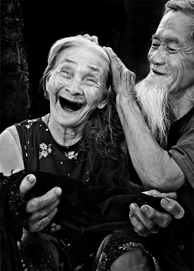 "nhung moi tinh ""ong ba anh"", vuot qua giong bao, ke ben nhau den hoi tho cuoi cung - 1"