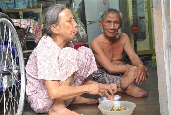 "nhung moi tinh ""ong ba anh"", vuot qua giong bao, ke ben nhau den hoi tho cuoi cung - 7"