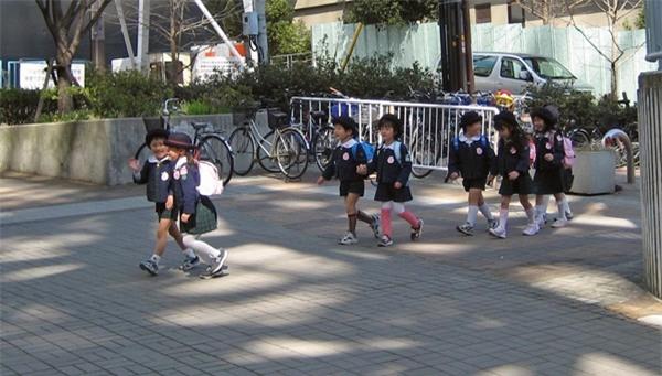Mẹ Việt ở Nhật: Tôi sẽ vẫn để con đi bộ đi học - Ảnh 1.