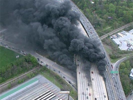 Fox News cho biết một đám cháy lớn đã bốc lên trên một đoạn cao tốc trên cao tại Atlanta, bang Georgia vào khoảng 6h tối ngày 30/3 khiến đoạn đường này đổ sập. (Ảnh: Fox)