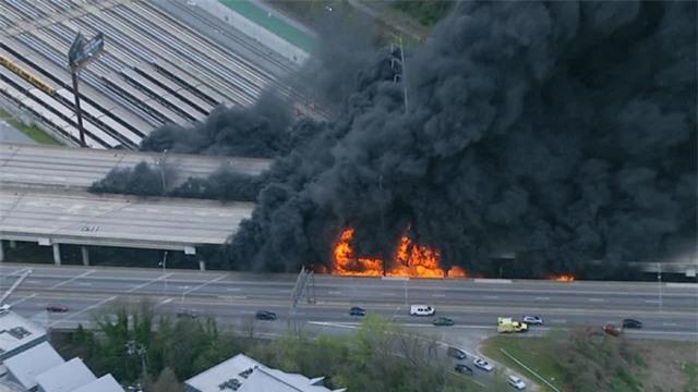 Giới chức Atlanta cho biết đám cháy khổng lồ bốc lên từ phía dưới của đoạn cao tốc này và cột khói đen được nhìn thấy bốc cao hơn 10 mét. (Ảnh: RT)
