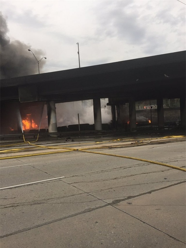 Nguyên nhân dẫn đến đám cháy vẫn chưa được xác định. Sự cố xảy ra vào giờ cao điểm này đã khiến giao thông khu vực bị ảnh hưởng nghiêm trọng. (Ảnh: Reuters)