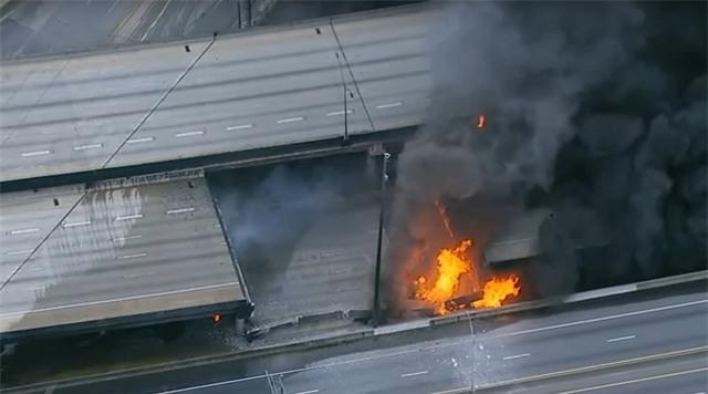 Lực lượng cứu hỏa đã nỗ lực dập tắt đám cháy trong khi các làn đường trên cao tốc tạm thời bị phong tỏa, không cho phương tiện qua lại để chờ khắc phục sự cố. (Ảnh: ABC News)