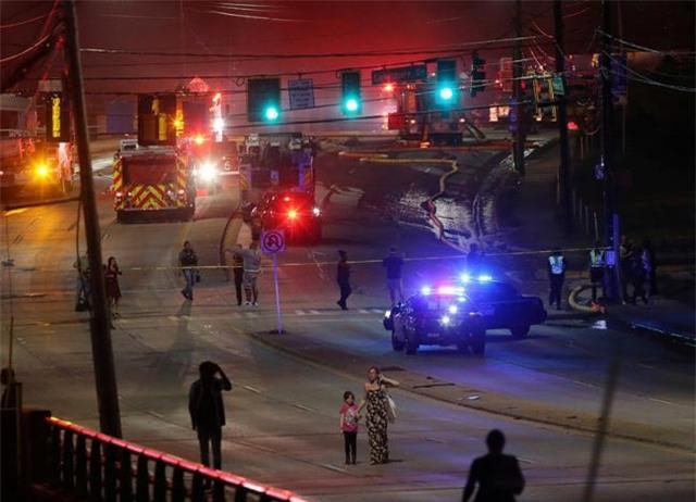 Các phương tiện được yêu cầu chuyển hướng ngay sau sự cố trên đường cao tốc (Ảnh: Reuters)