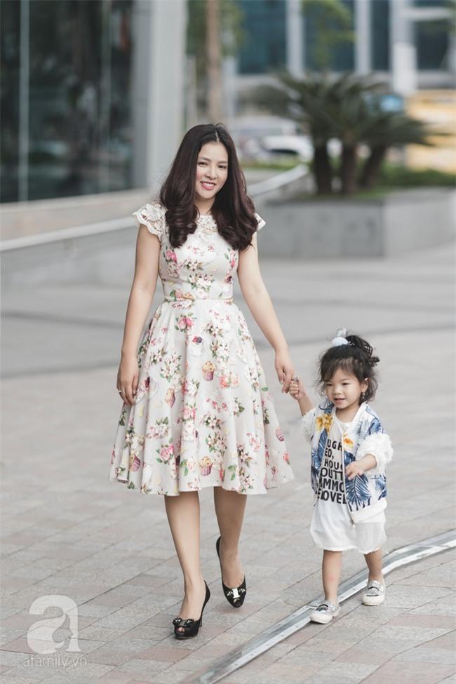 Bé Ella: cô nhóc 2 tuổi với phong cách đẹp miễn bàn nhờ diện đồ mẹ tự thiết kế - Ảnh 6.