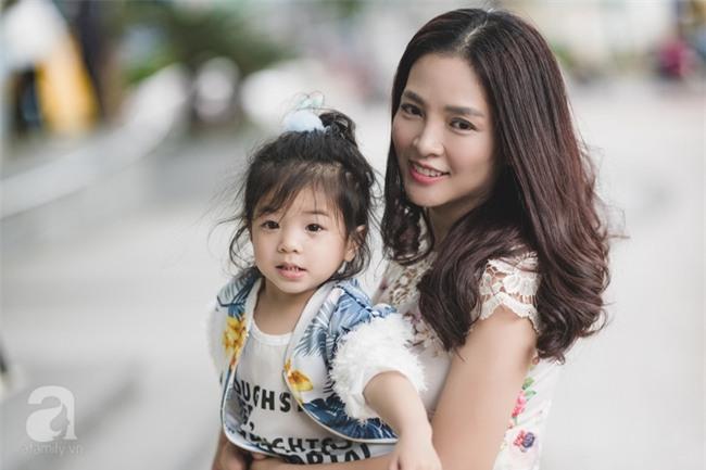 Bé Ella: cô nhóc 2 tuổi với phong cách đẹp miễn bàn nhờ diện đồ mẹ tự thiết kế - Ảnh 7.