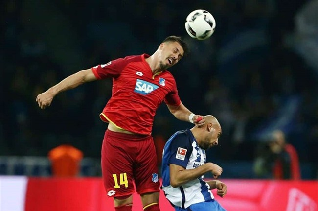 Sao Bundesliga gãy gập ngón tay kinh dị - Ảnh 2.