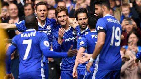 Các cầu thủ Chelsea ăn mừng bàn thắng của Fabregas