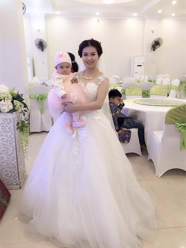 Câu chuyện phía sau bức ảnh cô dâu cho con bú trong ngày cưới - Ảnh 2.