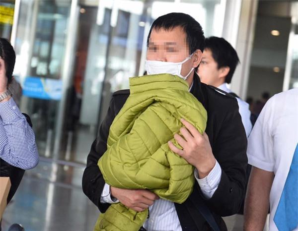 Bé gái Việt có thể đã đi ngược đường đến trường với vẻ hoảng sợ và không đeo cặp - Ảnh 2.