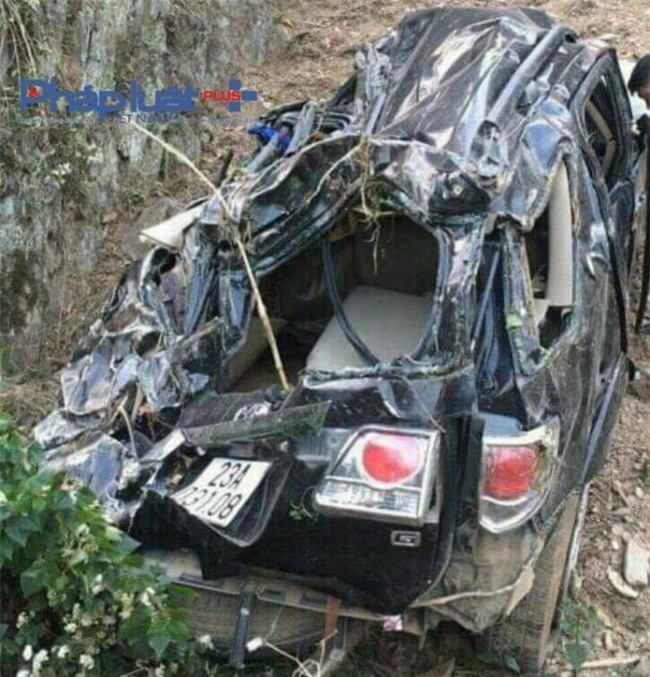 Chiếc xe bị biến dạng tại hiện trường.