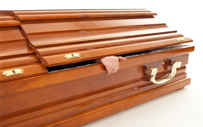"""Chuyện """"thật như bịa"""" của người đàn ông thức dậy trong đám tang của chính mình"""