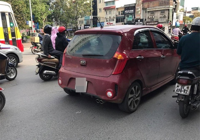 Nữ hành khách ở Hà Nội tố bị tài xế Grab hành hung sau khi cãi vã về chuyện sang đường đón xe - Ảnh 2.