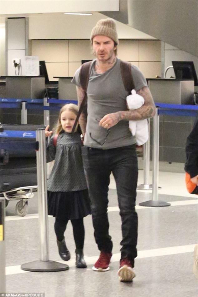 Harper nắm chặt tay bố khi xuất hiện ở sân bay cùng 3 anh trai - Ảnh 2.