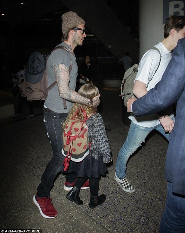 Harper nắm chặt tay bố khi xuất hiện ở sân bay cùng 3 anh trai - Ảnh 3.