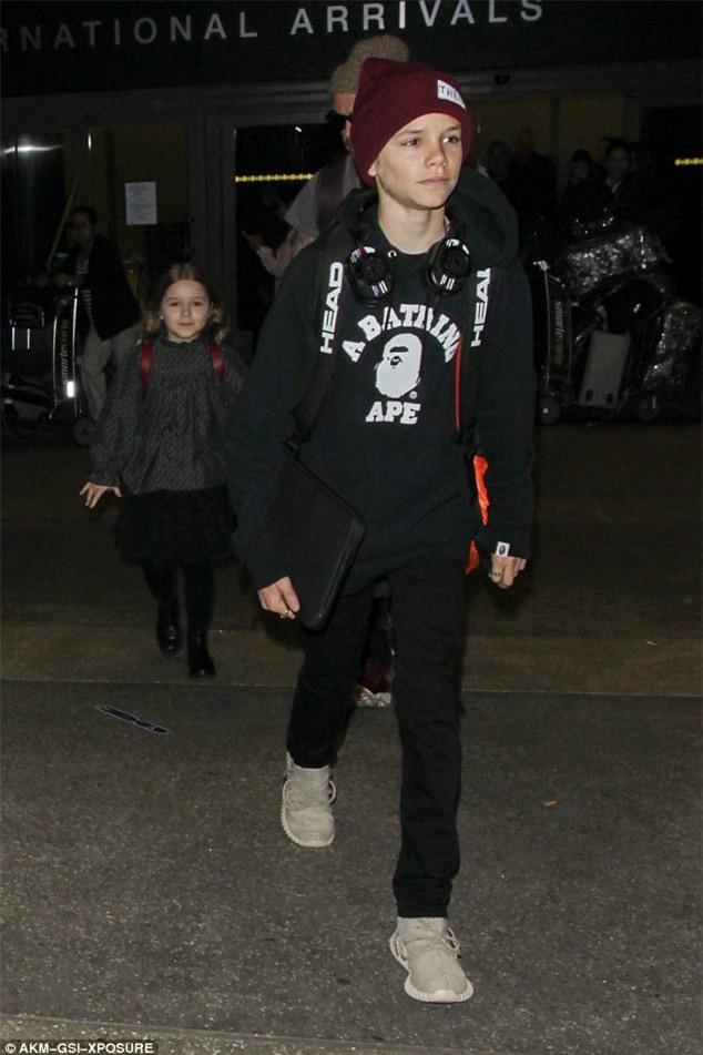 Harper nắm chặt tay bố khi xuất hiện ở sân bay cùng 3 anh trai - Ảnh 5.