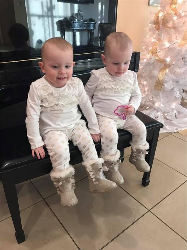 Cặp song sinh 23 tháng tuổi diễn Anna và Elsa y như phim - Ảnh 9.