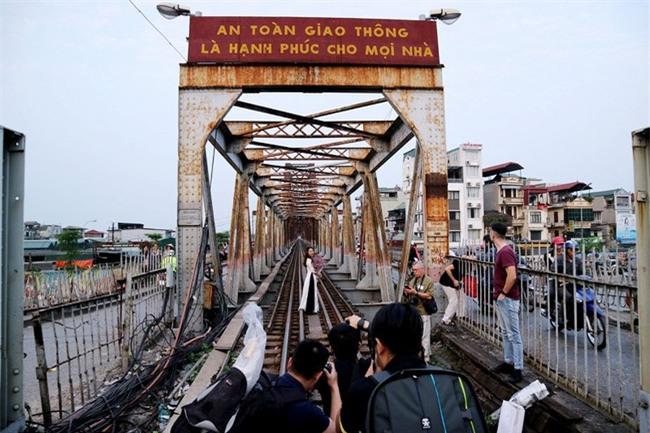 Mạo hiểm tính mạng chụp selfie trên cây cầu trăm tuổi - Ảnh 1.