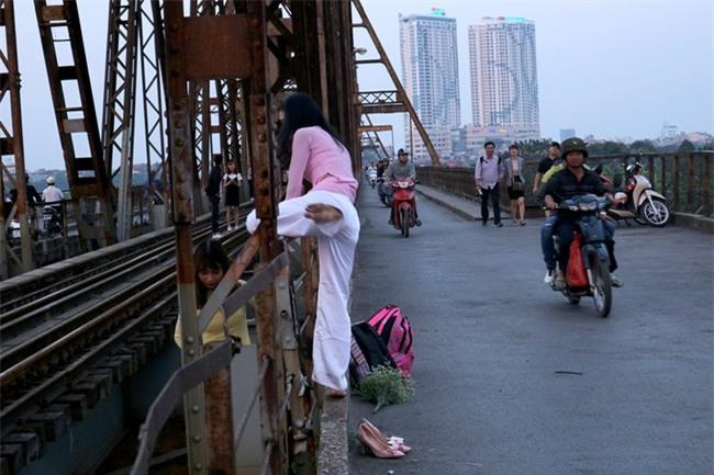 Mạo hiểm tính mạng chụp selfie trên cây cầu trăm tuổi - Ảnh 2.