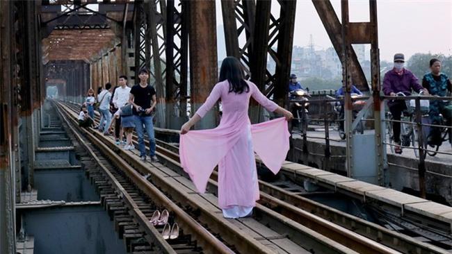 Mạo hiểm tính mạng chụp selfie trên cây cầu trăm tuổi - Ảnh 3.