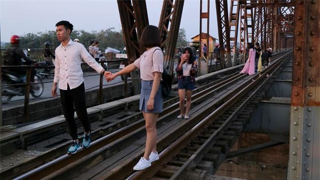 Mạo hiểm tính mạng chụp selfie trên cây cầu trăm tuổi - Ảnh 4.