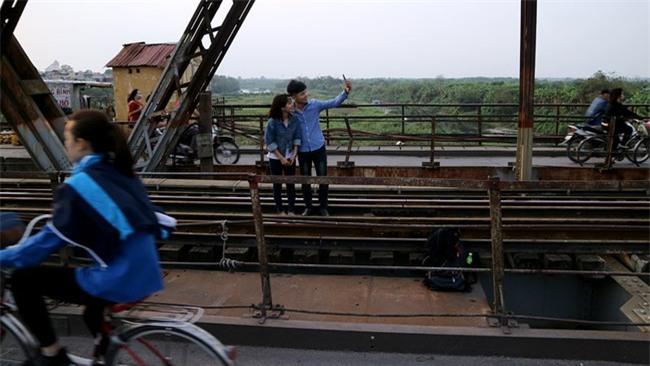 Mạo hiểm tính mạng chụp selfie trên cây cầu trăm tuổi - Ảnh 5.