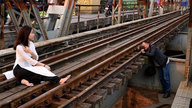 Mạo hiểm tính mạng chụp selfie trên cây cầu trăm tuổi - Ảnh 6.