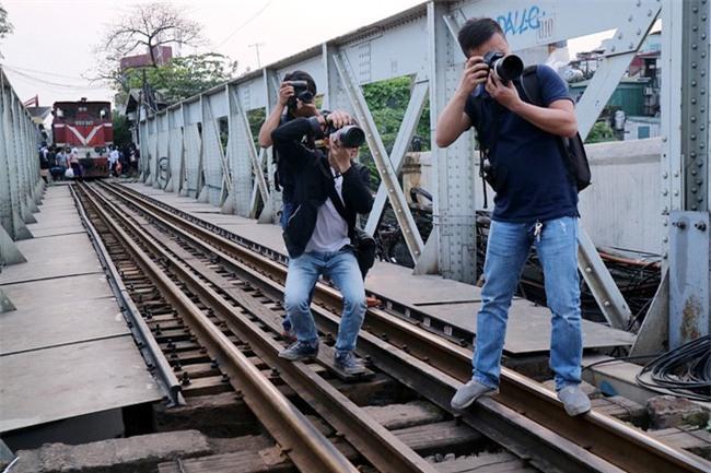 Mạo hiểm tính mạng chụp selfie trên cây cầu trăm tuổi - Ảnh 7.