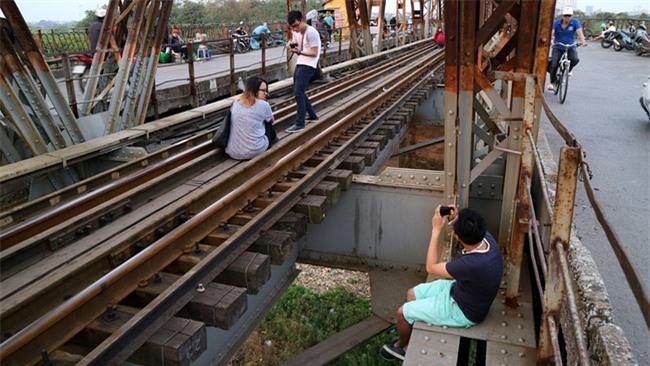 Mạo hiểm tính mạng chụp selfie trên cây cầu trăm tuổi - Ảnh 8.