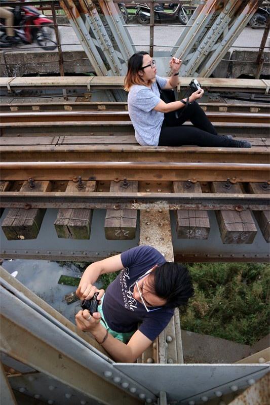Mạo hiểm tính mạng chụp selfie trên cây cầu trăm tuổi - Ảnh 9.