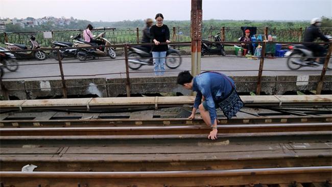 Mạo hiểm tính mạng chụp selfie trên cây cầu trăm tuổi - Ảnh 10.