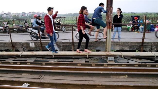 Mạo hiểm tính mạng chụp selfie trên cây cầu trăm tuổi - Ảnh 11.