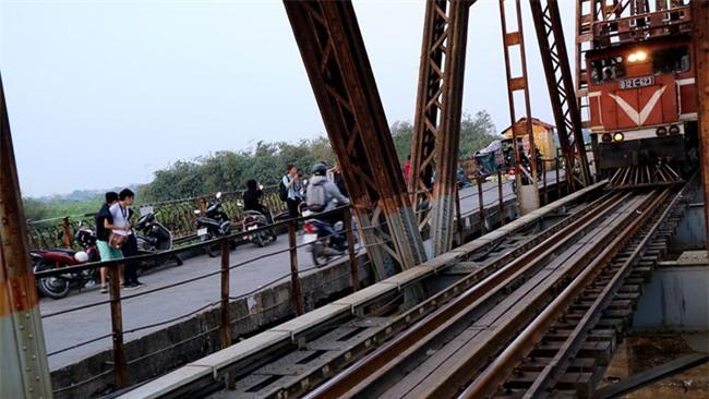 Mạo hiểm tính mạng chụp selfie trên cây cầu trăm tuổi - Ảnh 12.