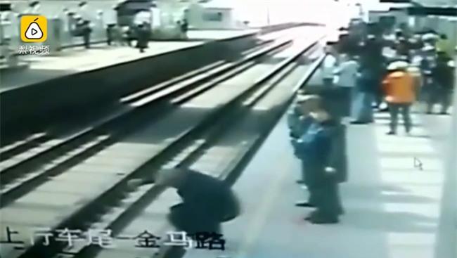 Cụ ông 80 tuổi nhảy xuống đường ray ngay trước khi đoàn tàu tới và cái kết không ai ngờ - Ảnh 2.