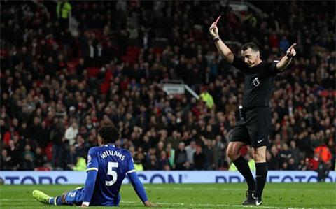Trung vệ Willimas nhận thẻ đỏ sau tình huống chơi bóng bằng tay trong vòng cấm